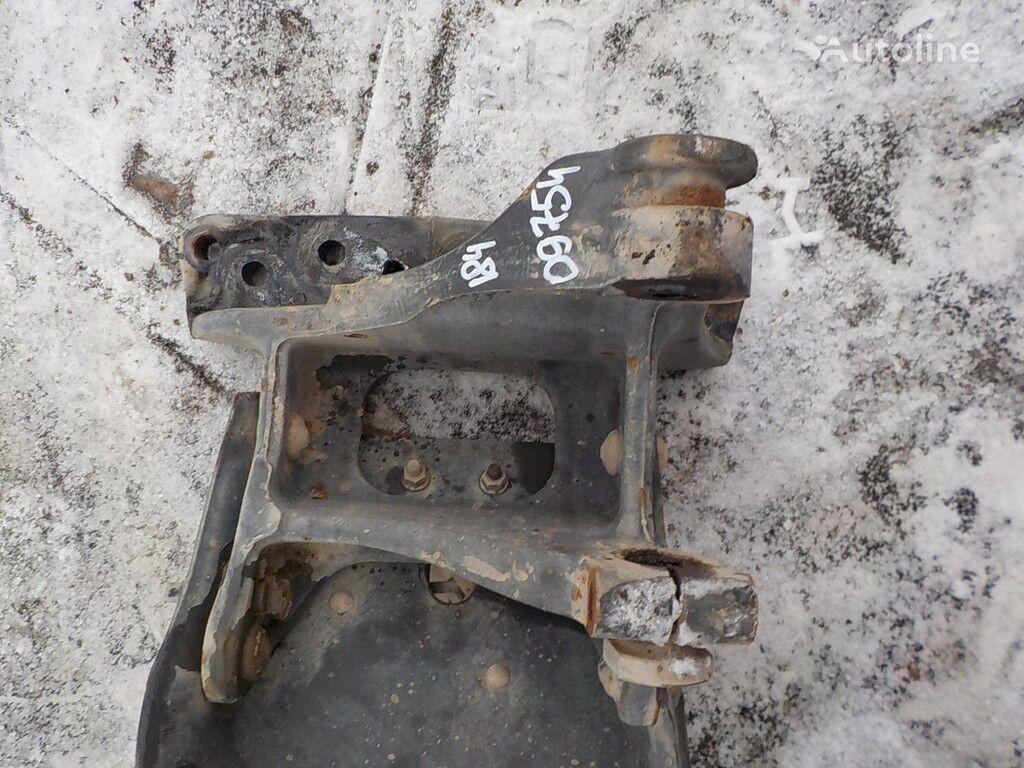крепежни елементи  Кронштейн крепления передней рессоры RH за камион VOLVO