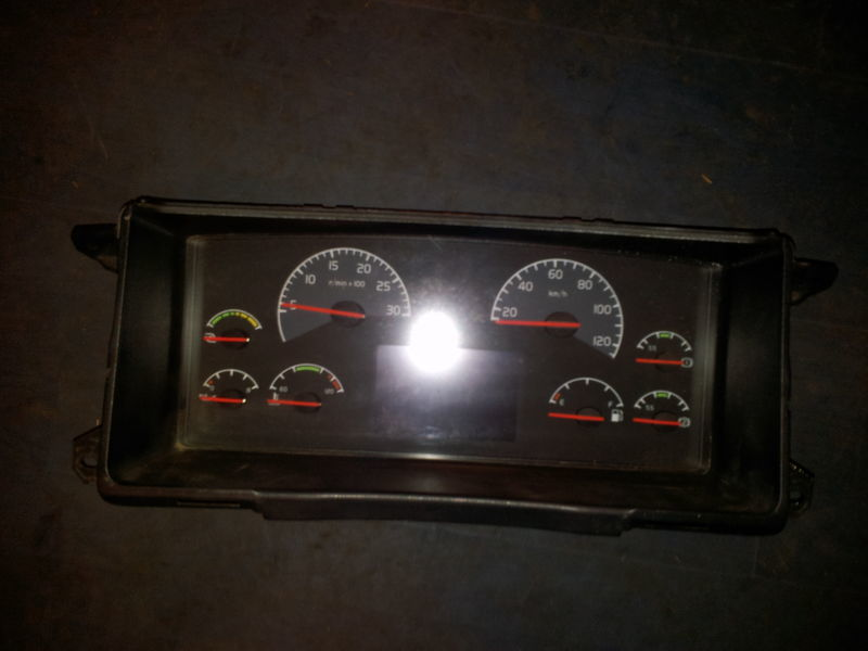 табло с уреди  VOLVO FH13 instrument panel, dashboard, combination kit 20739270 cluster, 20543470, 20543471, 21015770, 21366870, 21366872, 21542172, 21842972, 85135218, 85113624, 85135216, 85131298, 85113624, 85131268, 85123792, 85113873, 85113624, 85122346, 855111346 за влекач VOLVO FH13