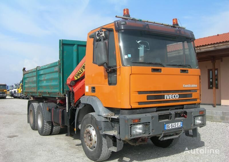 камион самосвал IVECO Trakker с кран