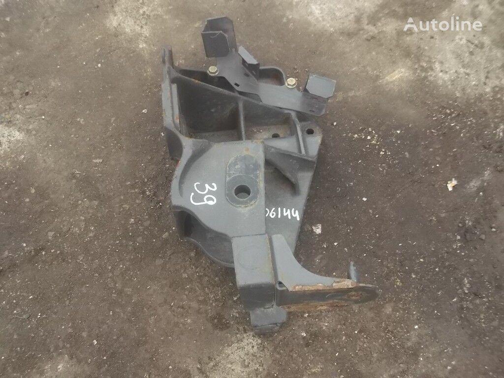 крепежни елементи  Кронштейн крепления передней рессоры RH Renault за камион