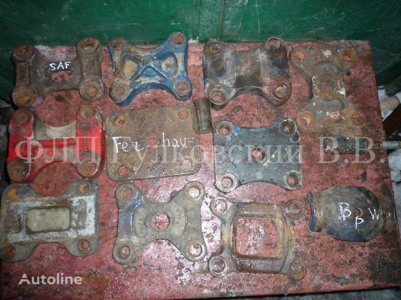 крепежни елементи - кронштейны, болты, шпильки, гайки и пр. б/у за полуремарке